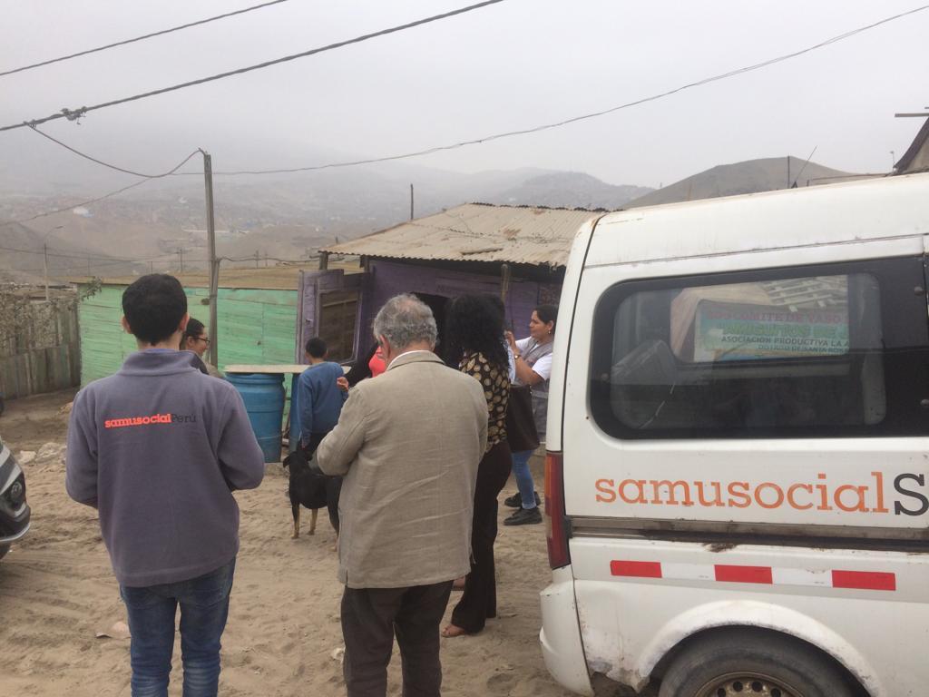 Le Dr Xavier Emmanuelli en visite de terrain dans le district Santa Rosa.
